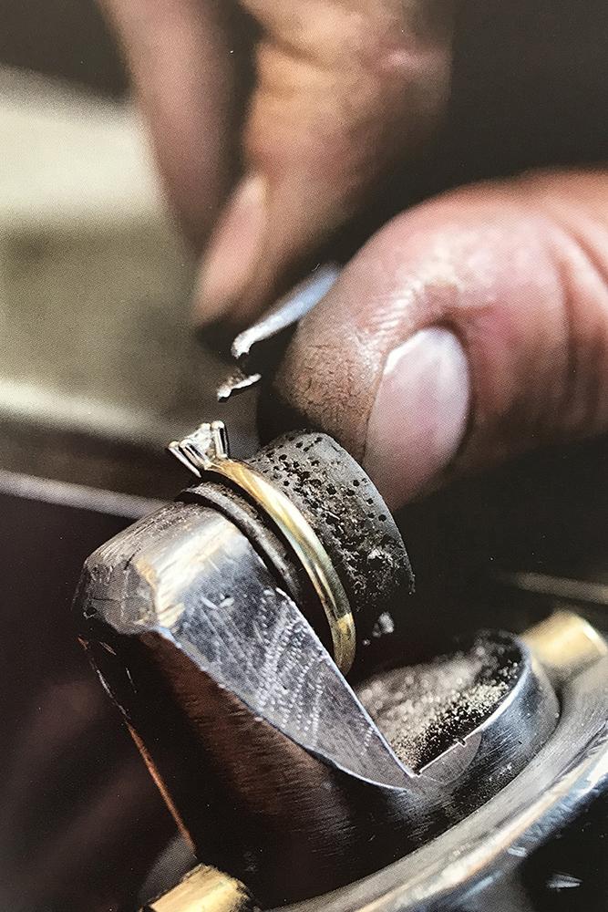 ydo juweliers repareert een gouden ring met diamant